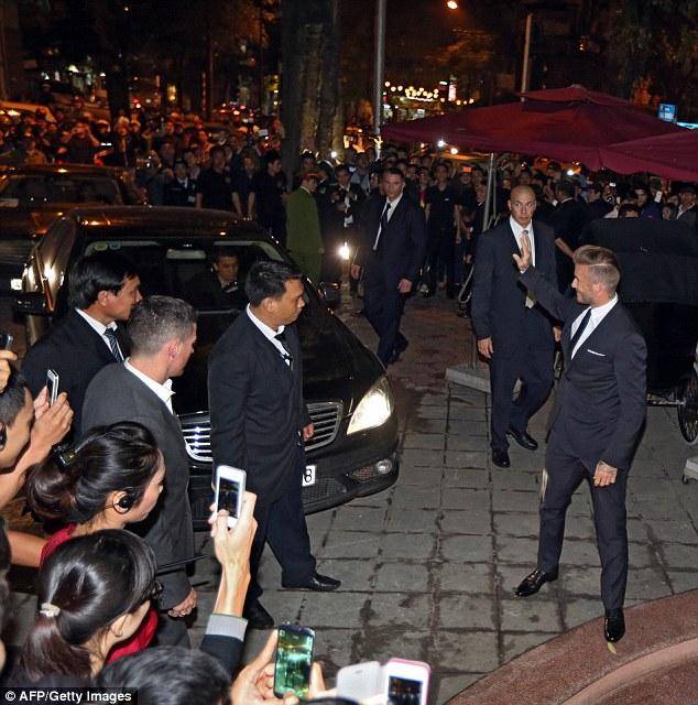 Beckham thân thiện chào người hâm mộ Việt Nam.