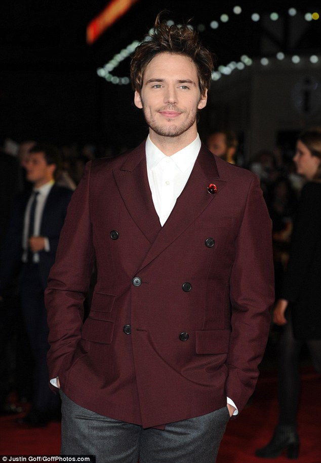 Sam Claffin khoác lên mình một bộ vest quý phái