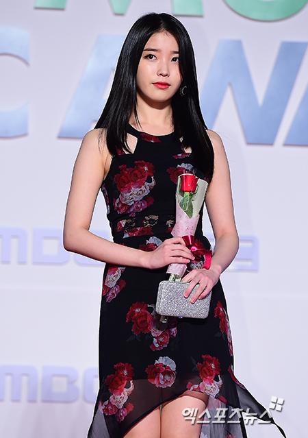 Nữ ca sĩ trẻ IU giành giải Nghệ sĩ của năm.