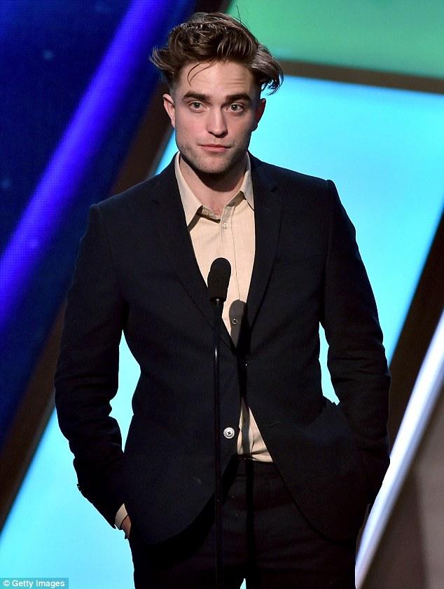 Robert Pattinson bù xù trong mái tóc mới