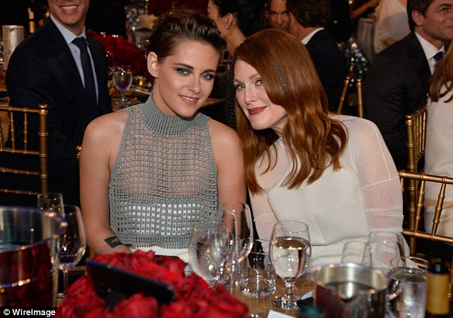 Kristen Stewart và Julliane Moore thân thiết tại buổi lễ