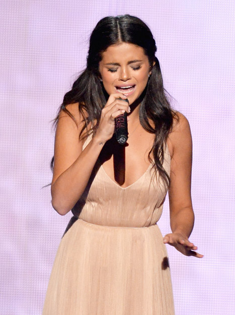 Cô đã cố gắng kìm lòng và chỉ bật khóc khi bài hát kết thúc