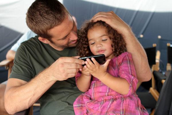 Tài tử Vin Diesel đăng bức ảnh Paul Walker bên con gái nhỏ bé của anh.