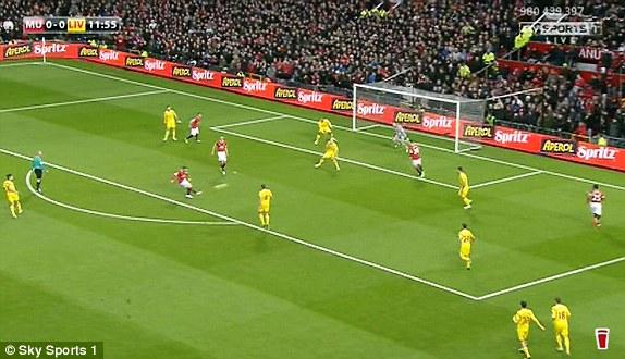 ... 25 giây sau, Rooney sút tung lưới Liverpool.