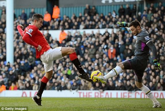 Van Persie có cơ hội ngàn vàng khi anh nhận bóng ở thế đối mặt thủ môn Tottenham nhưng tiếc rằng tiền đạo người Hà Lan lại xử lý quá chậm