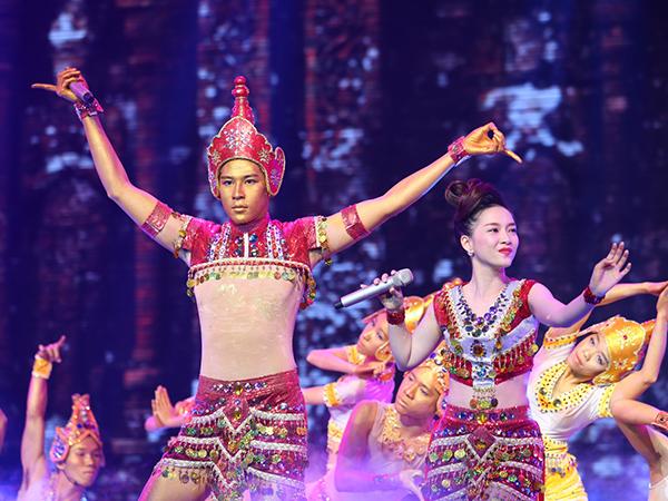 Minh Trung - Đinh Hương thể hiện Mưa bay tháp cổ với màn trình diễn được đầu tư công phu, hoành tráng.   Quang Linh nhận xét, tiết mục dàn dựng đẹp, trang phục đẹp và họ hát hay. Họ được 28 điểm.