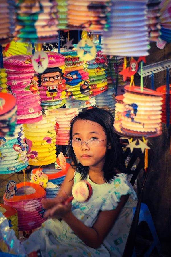 Một bé gái đang chơi món đồ trong cửa hàng của gia đình.