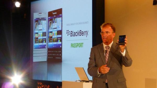 BlackBerry Passport xuất hiện ấn tượng với hai màu đen và trắng