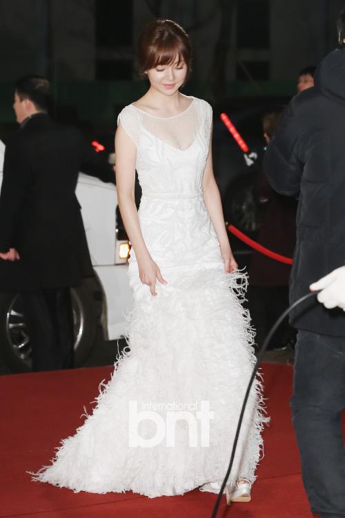 Ác nữ Hoàng hậu Ki - Baek Jin Hee thánh thiện trong bộ váy trắng