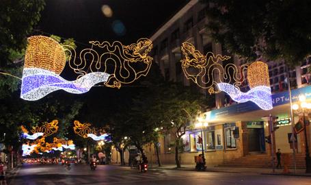 ... và phố Đinh Tiên Hoàng rực rỡ về đêm (Ảnh: Dân trí)