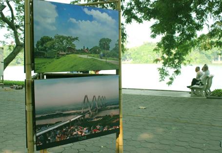 Hình ảnh về Hà Nội được trưng bày quanh hồ Gươm (Ảnh: Tiền Phong)