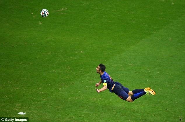 Van Persie  bay người đánh đầu tung lưới thủ thành Iker Casillas