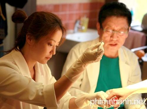 Kim Hee Sun vào vai một nữ bác sĩ thời hiện đại trong phim Thần y