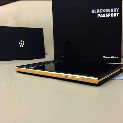 BlackBerry Passport được mạ vàng khung viền, bao gồm cả nút nguồn và âm lượng