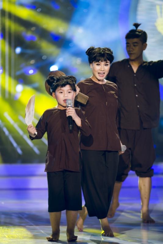 Thu Phượng - Gia Huy hóa thân nữ ca sĩ Tóc Tiên với vai chú Cuội, thể hiện ca khúc Ông trăng xuống chơi