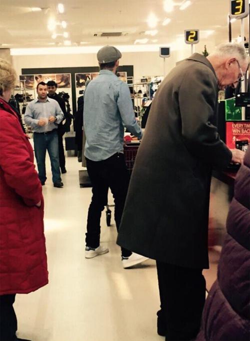 Nhiều khách hàng thích thú chụp lại ảnh Becks đang đi mua sẵm tại chuỗi cửa hàng bình dân.