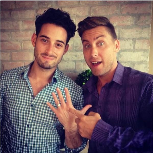 Lance Bass khoe nhẫn đính hôn trên tay Michael vào năm ngoái.