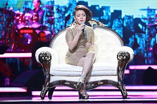 """Hải Yến Idol xuất hiện đầy ấn tượng trên một chiếc ghế bành lớn, thể hiện ca khúc """"Xa"""", một ca khúc như được """"đo ni đóng giày"""" cho chất giọng dày, khỏe của nữ ca sĩ. Cô được cả nhạc sĩ Nguyễn Cường và Tuấn Phương khen ngợi với ca khúc này."""