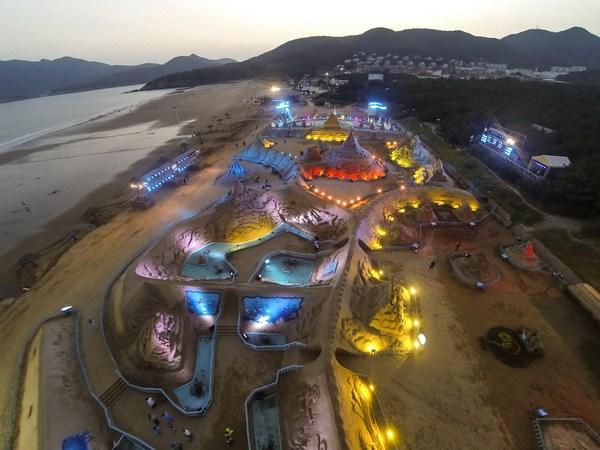Những tác phẩm điêu khắc từ cát lung linh trong đêm. (Nguồn: AFP/TTXVN)