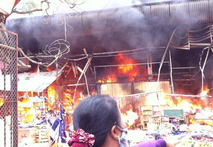 Đang cháy lớn chợ Nhật Tân - Hà Nội