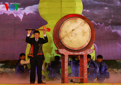 Ông Nguyễn Khắc Chử - Chủ tịch UBND tỉnh Lai Châu đánh trống khai hội.