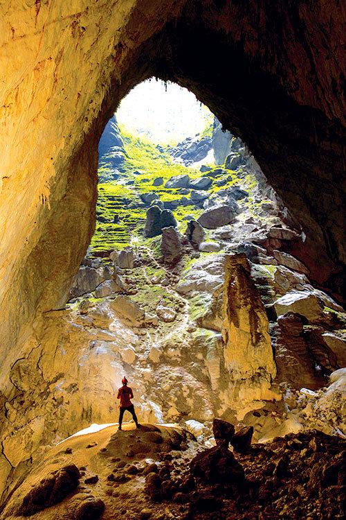 Đoạn đường xuống hang dài cả trăm mét - Ảnh: RYAN DEBOODT