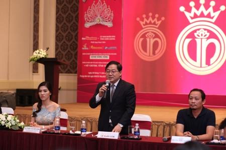 Ông Lê Xuân Sơn đại diện BTC trả lời báo chí