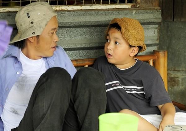 Hoài Linh và con trai nuôi bụi đời hết cỡ trong Lớp học một không hai 2