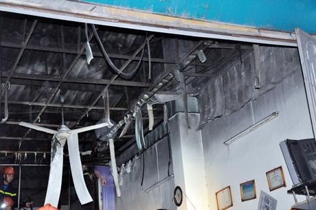 Trần nhựa, quạt trần cửa cửa hàng bị hư hỏng sau vụ nổ.