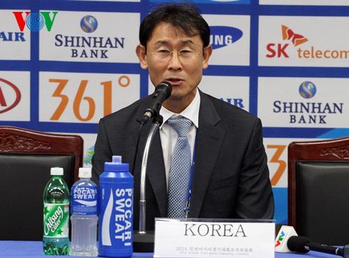 HLV Yoon Deok-yeo tự hào với huy chương đồng cho ĐT nữ Hàn Quốc. (Ảnh: Trọng Phú)