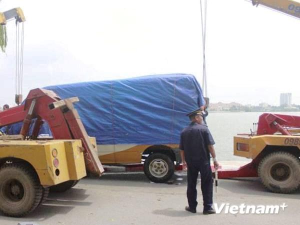 Chiếc xe đã được xe cẩu đưa lên bờ sau sự cố hy hữu. (Ảnh: Võ Phương/Vietnam+)