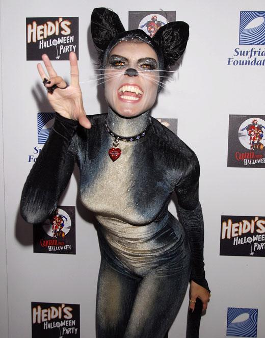 Cô đổi gió với hình tượng đáng yêu khi biến thành một chú mèo trong năm 2007