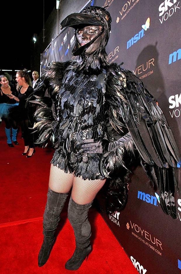 Thiên thần Victorias Secret thử trải nghiệm cảm giác làm quạ vào Halloween 2009