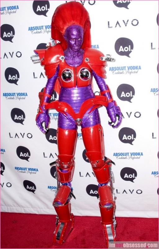 Năm 2010, ăn theo xu hướng rô bốt biến hình của Transformer, Heidi Klum cũng hóa thân thành người máy
