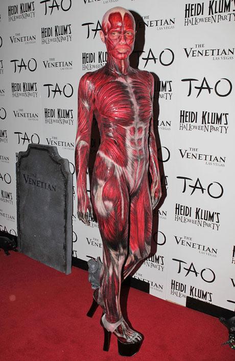 Năm 2011, cô gây sốc trong trang phục rùng rợn này