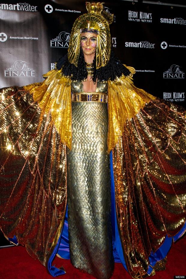 Bà mẹ bốn con lộng lẫy trong trang phục nữ hoàng Cleopatra năm 2012