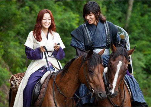 Kim Hee Sun và Lee Min Ho trong một cảnh quay cưỡi ngựa.
