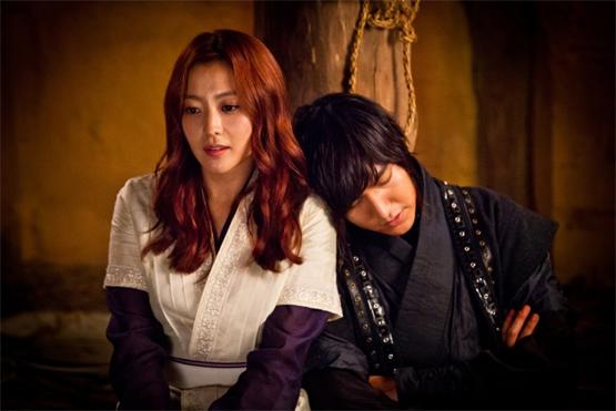 Nam diễn viên thoải mái tựa đầu vào đàn chị trong một cảnh quay.
