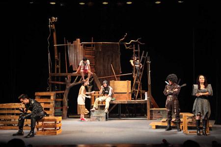 Một cảnh trong vở kịch Vòng phấn Kavkaz
