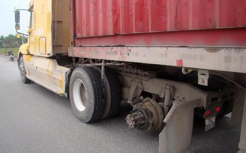 Chiếc xe container bị rơi bánh phần sau đầu kéo. (Ảnh: Vietnamnet)