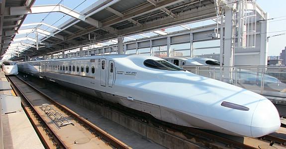 Đi tàu cao tốc Shikansen là trải nghiệm ai cũng muốn thử một lần khi đến Nhật. Tuy nhiên giá vé hơi cao bạn nên cân nhắc kĩ.
