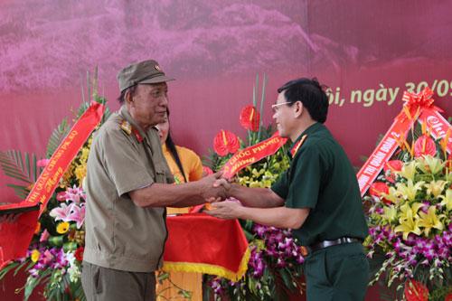 Ông Lê Đông Hải, con traiĐại tướng Lê Trọng Tấn đã trao kỷ vật của Đại tướng cho Bảo tàng Lịch sử Quân sự ViệtNam. (Ảnh: QĐND)