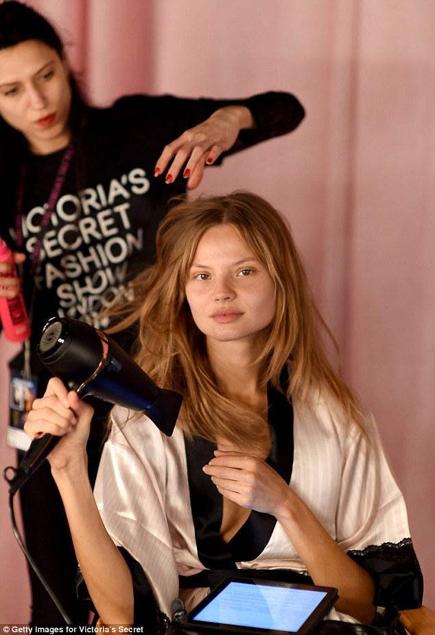 Magdalena Frackowia tự sấy khô tóc mình