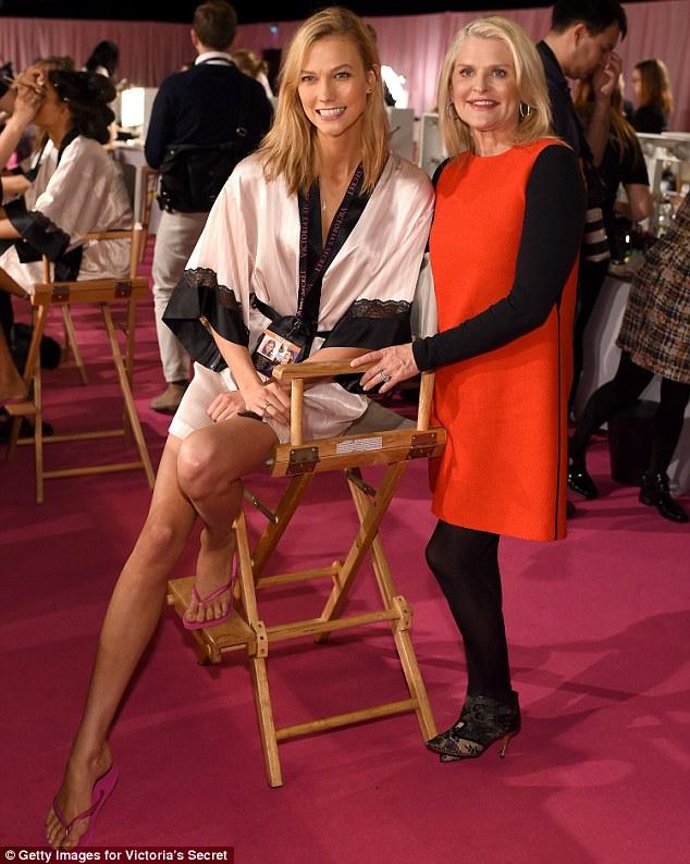 Thiên thần Karlie Kloss bên cạnh Sharen Turney - CEO của hãng nội y danh tiếng