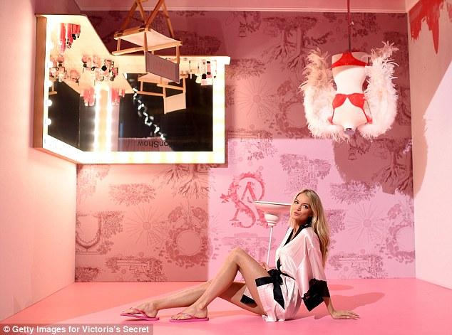 Lindsay Ellingson khoe đôi chân nuột nà