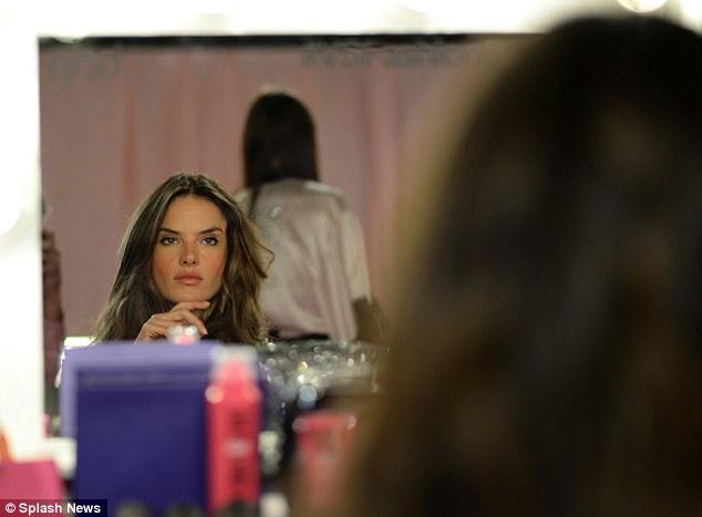 Thiên thần kỳ cựu Alessandra Ambrosio ngắm nghía nhan sắc của mình trong gương