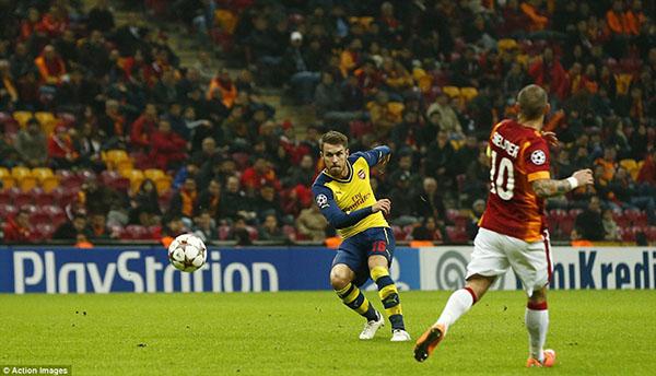 Ramsey với cú sút xa siêu phẩm