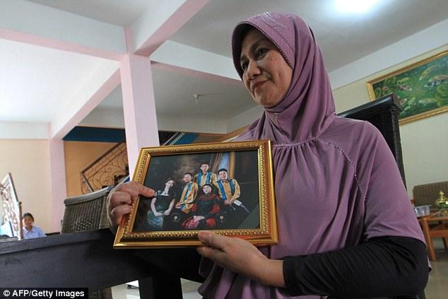 Mẹ cô chỉ vào con gái trong bức ảnh chung của gia đình.