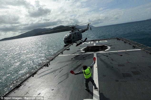 Chiếc máy bay trực thăng của Indonesia hạ cánh sau khi tìm kiếm ở biển Java trước khi trời tối.