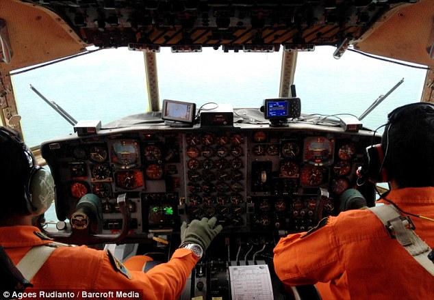 Hai quân nhân trên chiếc máy bay Hercules, xuất phát từ sân bay Halim Perdana Kusuma đến địa điểm máy bay AirAsia mất liên lạc.